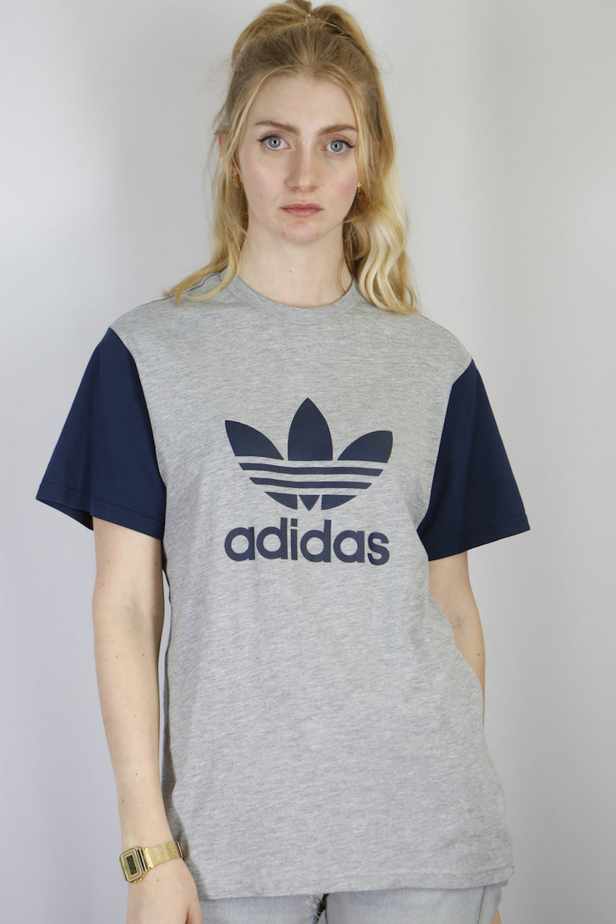 Vintage Adidas T-Shirt in Grey in Size S