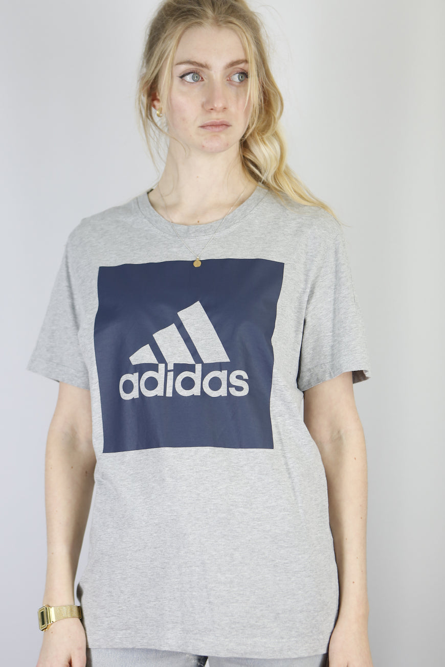 Vintage Adidas T-Shirt in Grey in Size M