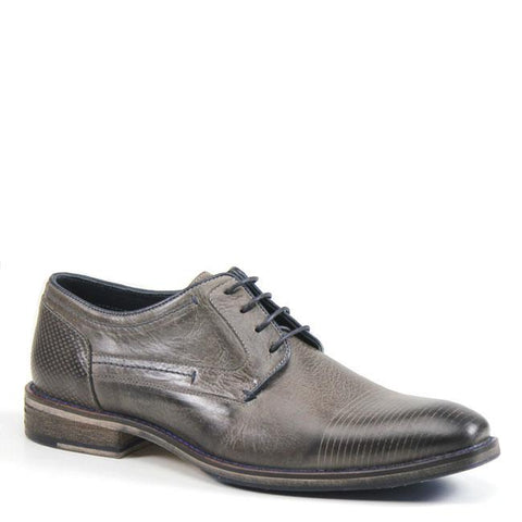 If finding a handsome, go-to shoe has been a mystery, put DRAG NET on the case. This classy oxford has it all: fashion-forward details like perforation on the heel, easy lace up closure, and soft interior. The timeless silhouette will add polish to a variety of looks.