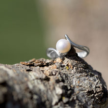 Load image into Gallery viewer, Crossover Design  Freshwater Pearl Ring