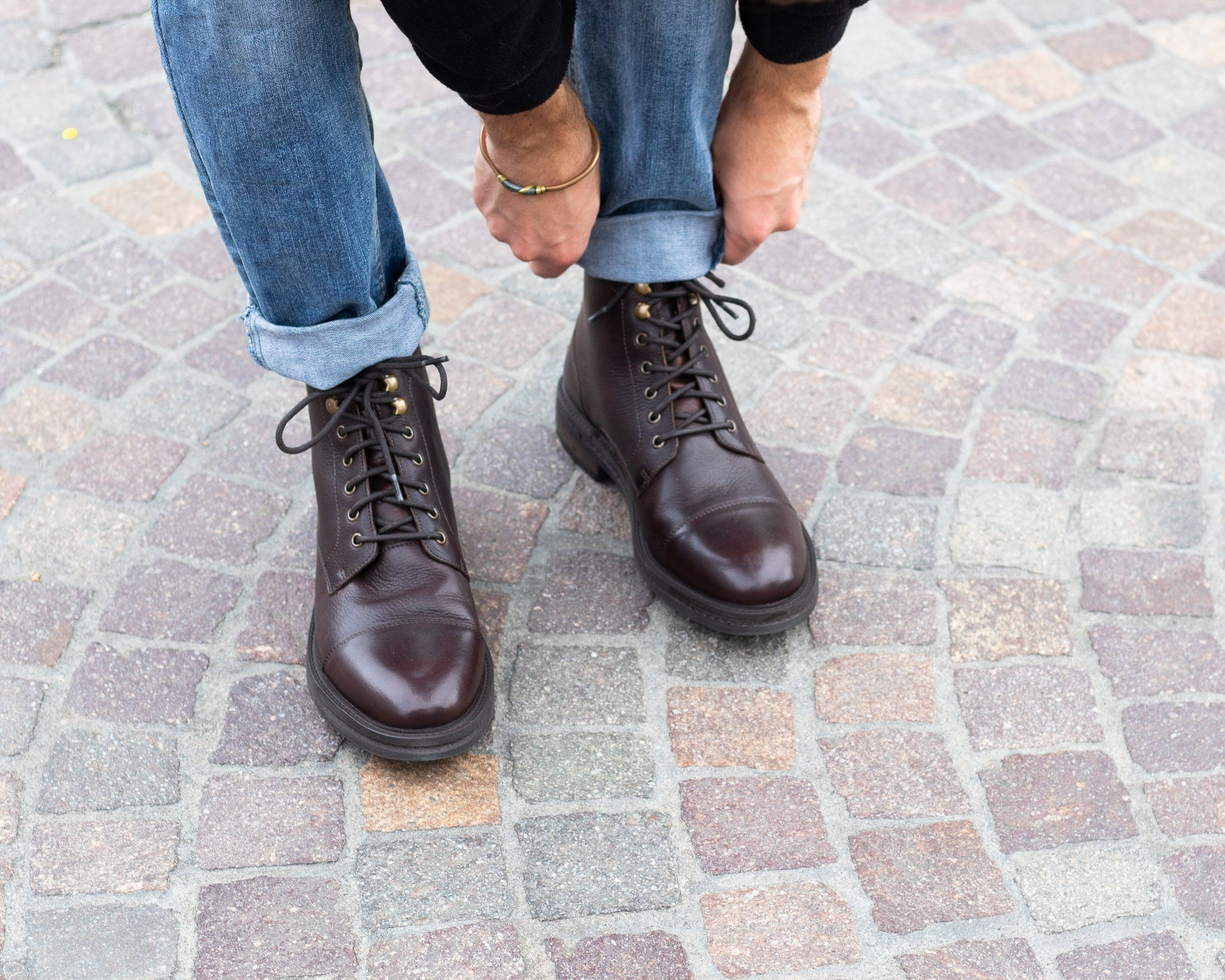 How To wear Lace-up Brown wolf toe-caps with blue rolled up jeans