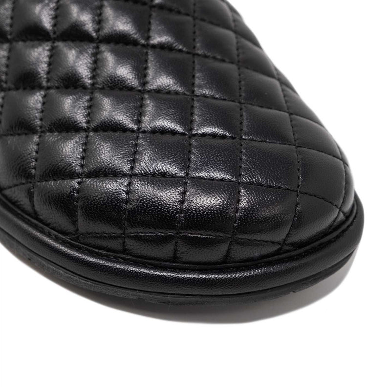 Diamond Texture Pattern on the Leather Upper | Walk London Slippers