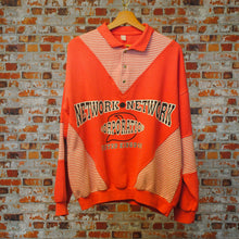 Load image into Gallery viewer, roze-80s-sweater-met-tekst-network-network-corporation-united-kingdom-uit-de-fresh-vintage-collectie