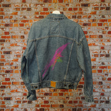Load image into Gallery viewer, Fresh-Vintage-Jeansjas-met-roze-highlight-achterkant
