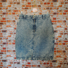 Load image into Gallery viewer, lichte-80s-of-90s-high-waisted-acid-washed-jeansrok-met-tiret-en-knoopje-vooraan
