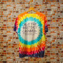 Load image into Gallery viewer, multikleurig-vintage-tie-dye-tshirt-met-tekst-only-the-best-get-crowned