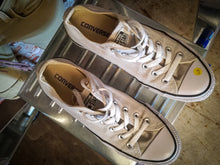 Load image into Gallery viewer, tweedehands-lichtbeige-low-rise-chuck-taylors