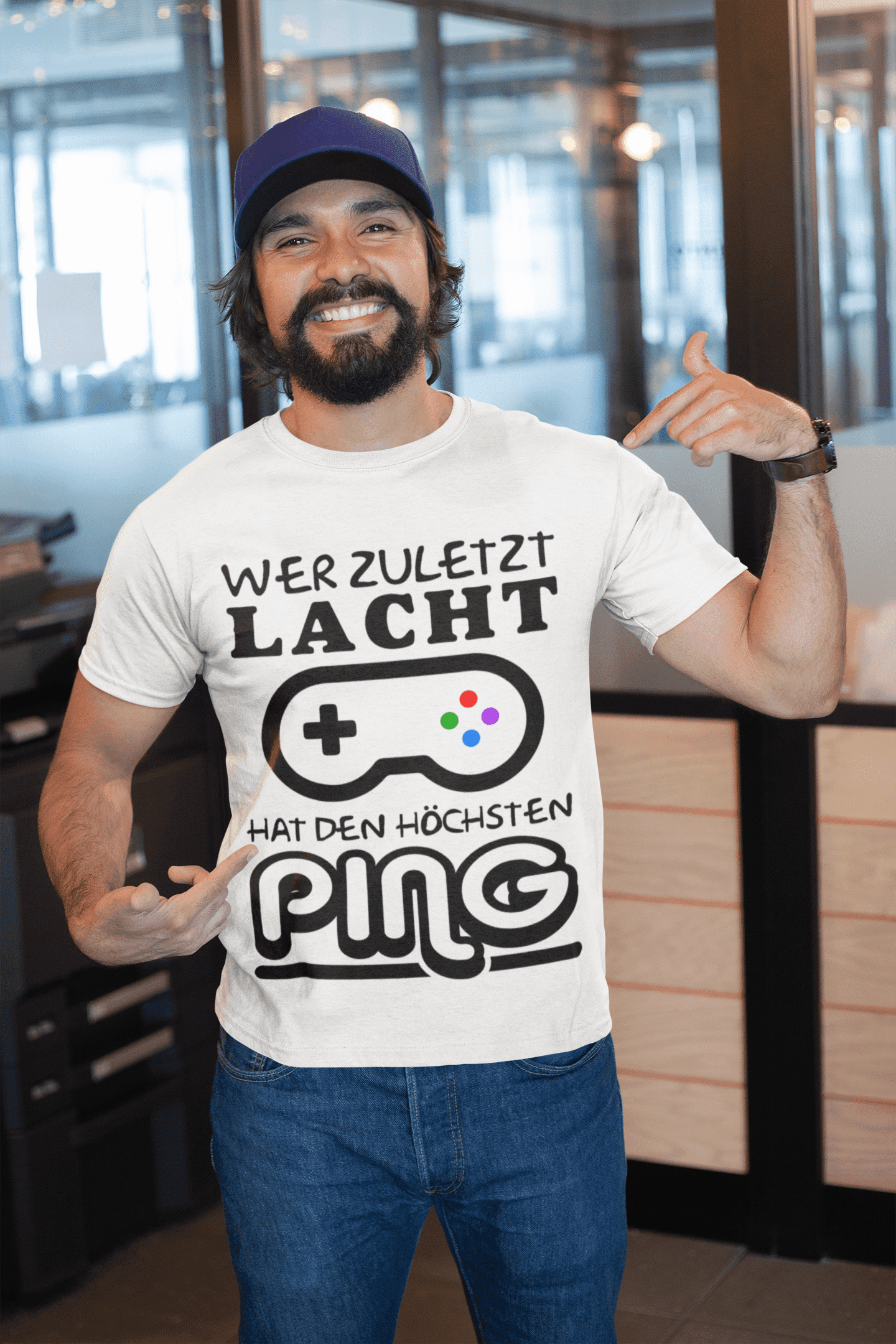 Gameristic| Wer zuletzt Lacht... - Gaming Shirts - Gaming Merch - Gamer Shirt - esport - Gamer - Gaming - Videospiele - Zocken - Gameristic