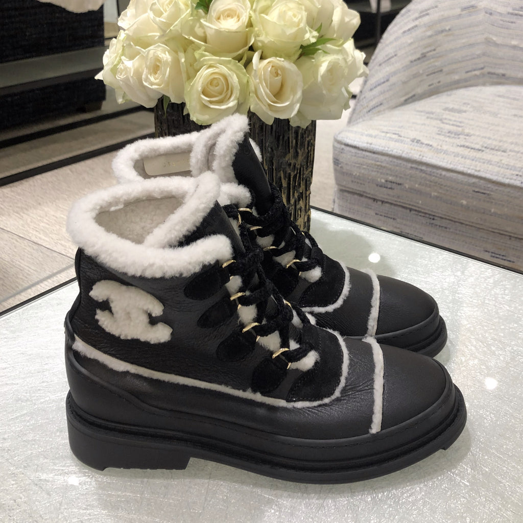 CHANEL Fall-Winter 20/21 black shearling-lined lace-up boots