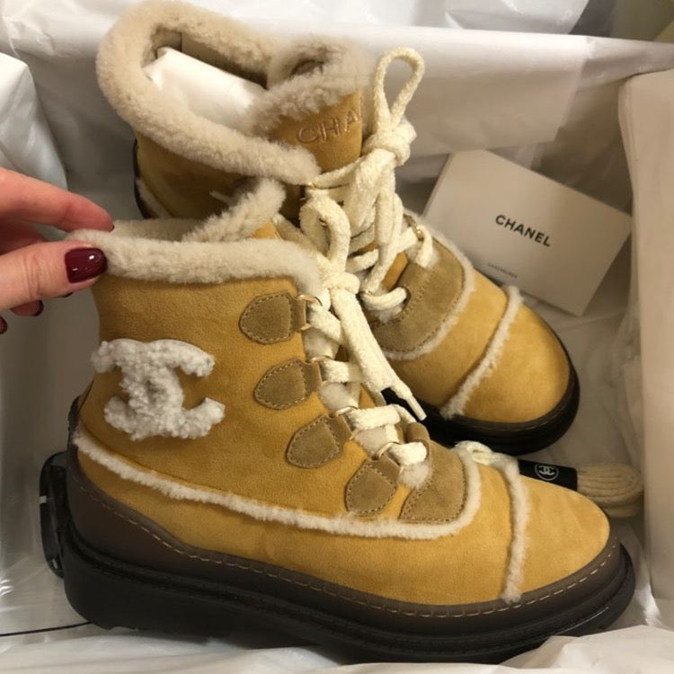 CHANEL Fall-Winter 20/21 brown shearling-lined lace-up boots