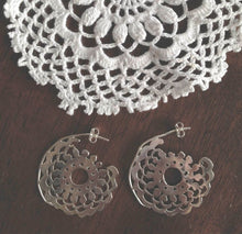 Load image into Gallery viewer, DOILY EARRLINGS