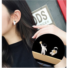 Load image into Gallery viewer, C-1009 Astronaut Star Earrings