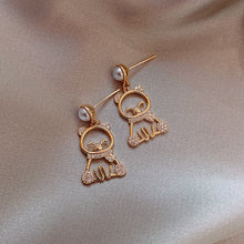 Load image into Gallery viewer, C-1480 Bear Pearl Earrings
