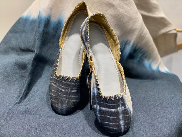 SHIBORI JOOTHI - NATURAL BLACK-Footwear-KAVERi
