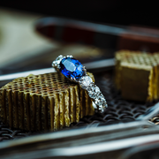 The Blue Dragon Ring is an extraordinary and unique jewellery piece.  Its fascinating blue eye is made of an oval cut blue sapphire. The design is adorned with large sparkling brilliants in a full circle setting.  A true Oliver Heemeyer treasure made to shine and waiting to be discovered.