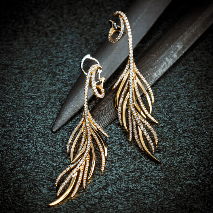 This extraordinary pair of earrings is a true Oliver Heemeyer signature piece. Made of 18K rose gold and adorned with stunning 380 sparkling diamonds.