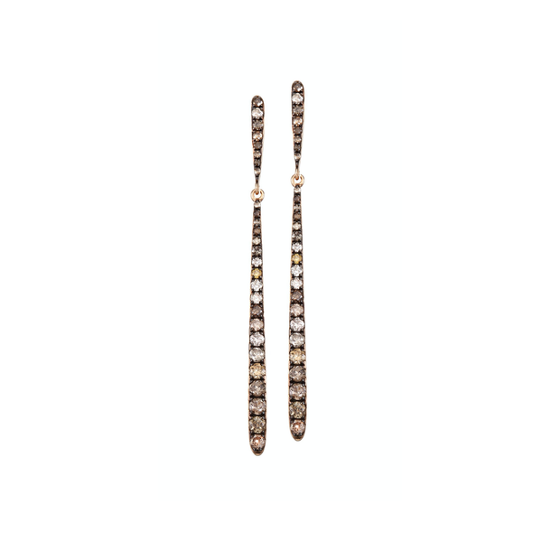 Designed in the shape of a knife, made of 18k rose gold and adorned with 54 sparkling diamonds. These Oliver Heemeyer earrings add a discreet sparkle to any outfit and occasion.