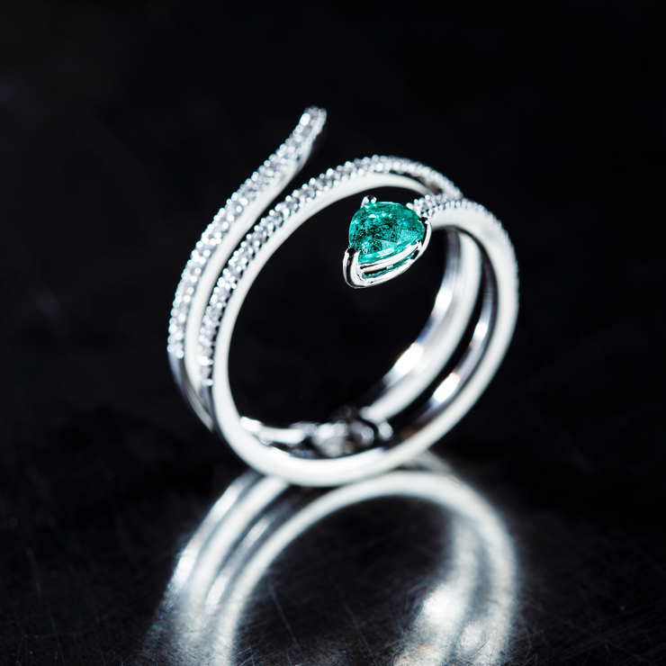 This 18k white gold ring is designed in the shape of a snake, set with diamonds. The highlight is the head consisting of an alluring pear-shaped emerald. Different perspective.
