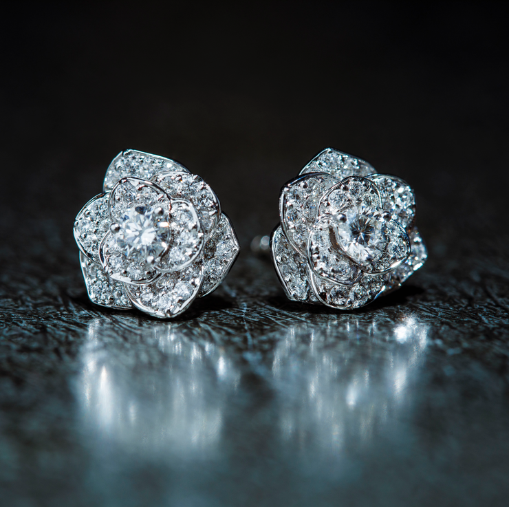 A symbol for beauty, purity and femininity. Oliver Heemeyer added its creation 102 diamonds. An exceptional beautiful pair of ear studs made of 18k white gold. Different perspective.