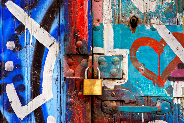 塗鴉牆,鎖  Metal Padlock on Graffiti Door