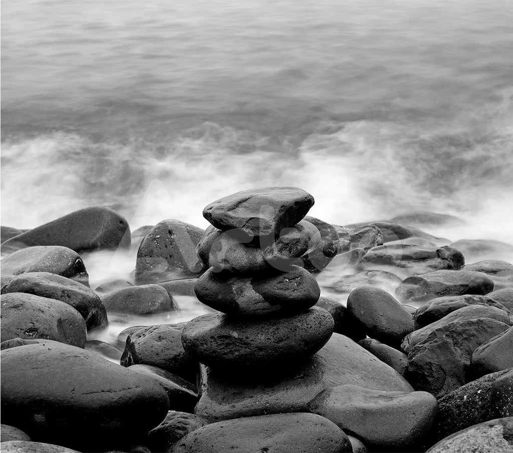 岸邊的石堆  Pile of stones on a seashore