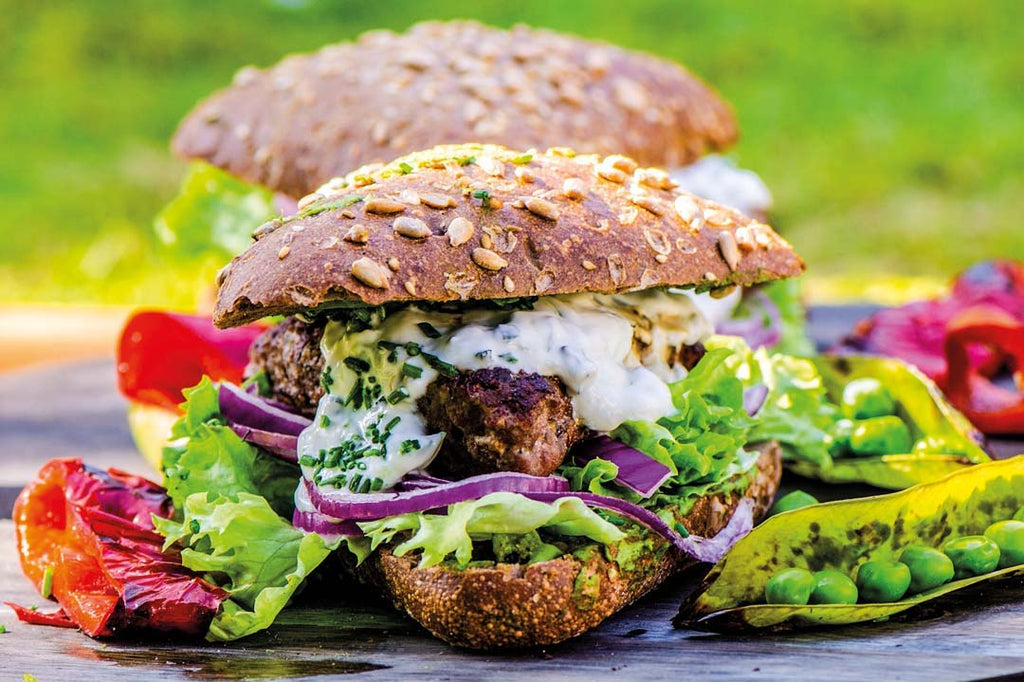 Juicy Lamb-Burger mit Oregano-Minzsauce
