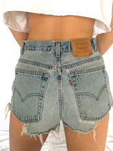 Load image into Gallery viewer, VINTAGE LEVI'S 550 SHORTS