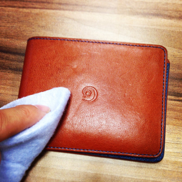 How to clean your leather wallet - apply your leather cleaner fa1ae61f0fe9