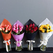 Load image into Gallery viewer, 10 stems of short coloured intermediate roses