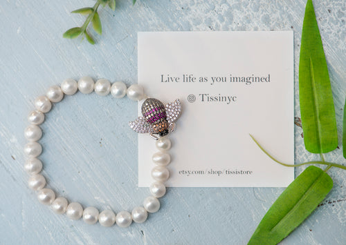 Temo Pearl beaded bracelet with crystal bee pendant - tissinyc