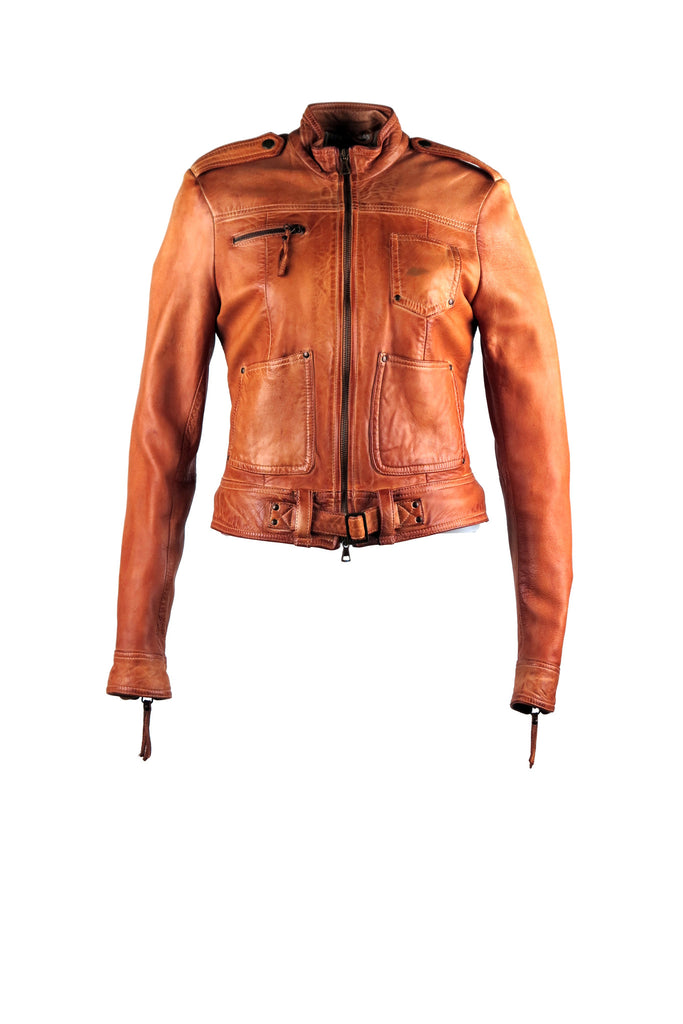 Cropped motorcycle jacket with four front pockets with different designs. With snap on buckle details on the shoulders and a buckle on the waist.