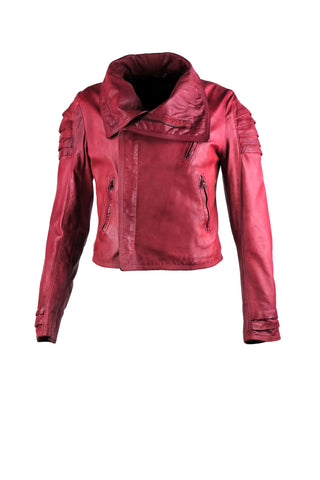 Motorcycle jacket with asymmetrical zipper with oversized lapels and three front pockets. With oversized collar and shoulder and wrist ripple design.