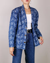 Load image into Gallery viewer, Blazer made in France en denim. Bleu à motif fleuri. Coupe à épaules larges et cintré. Vintage des années 80.