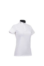 Laden Sie das Bild in den Galerie-Viewer, KJ | ladies shirt short sleeve | technical fabric | short sleeves shirt | short sleeves riding shirt | lady shirt | lady riding shirt | riding shirt | ladies riding shirt | lady riding polo shirt | comfort of movement | Makebe | clothing | equestrian | riding | technical material | made in Italy | elegance | white |
