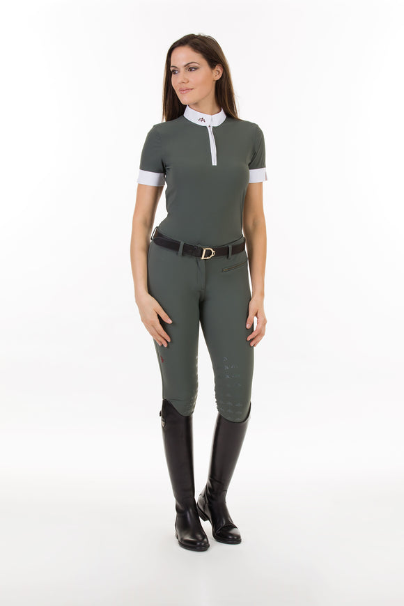 model SOLE | technical fabric | short sleeves shirt | short sleeves riding shirt | lady shirt | lady riding shirt | riding shirt | ladies riding shirt | lady riding polo shirt | comfort of movement | Makebe | clothing | equestrian | riding | technical material | made in Italy | elegance | military green | green |