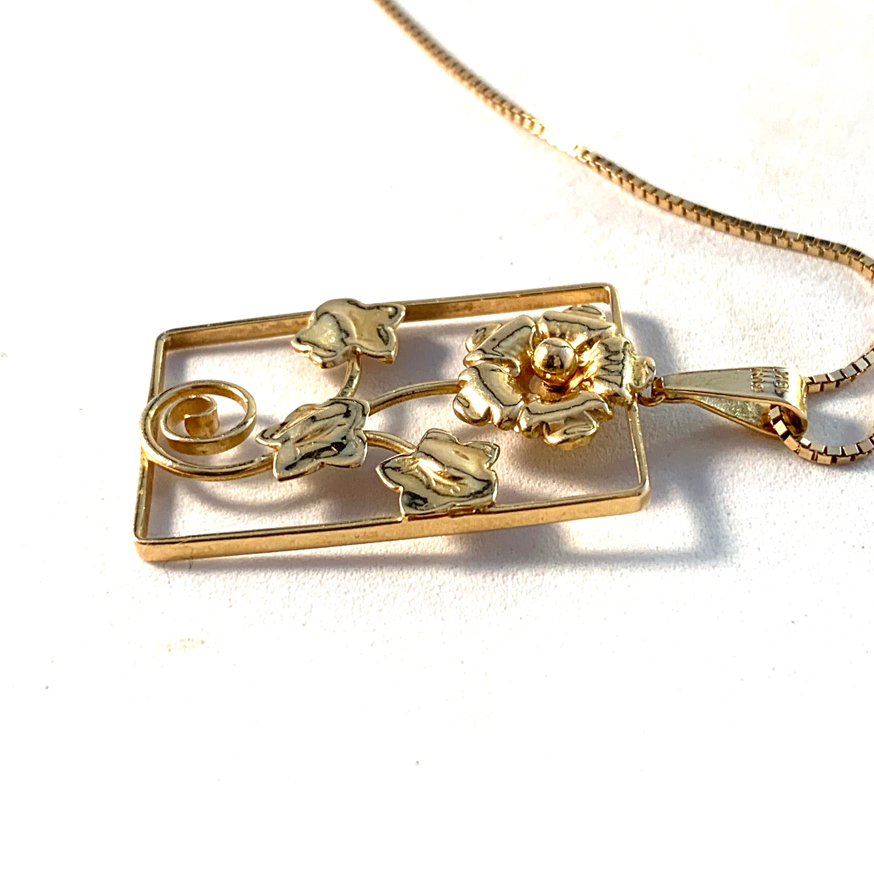 Guldvaruhuset, Sweden 1945. Mid Century 18k Gold Flower Pendant Necklace.