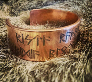 Norse/Viking Runemaster Armband Havamal verse 144. The 8 skills are to carve, read, colour, prove, ask, sacrifice, send and destroy