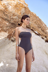 Encompassing freedom and spiritual wellness. The GRACE swimsuit boasts a bandeau neckline with a hidden silicone elastic that retains movement when swimming. Completely free of underwire this elegant maillot gently accentuates the body's natural lines and organically swathes it like a gentle ocean wave. Accessorised with the Sense Swim ® golden clasp, fully lined and handmade in our ultralight, fast-drying fabric with revolutionary elasticity the opalescent shine mimics sun rays on azure waters.