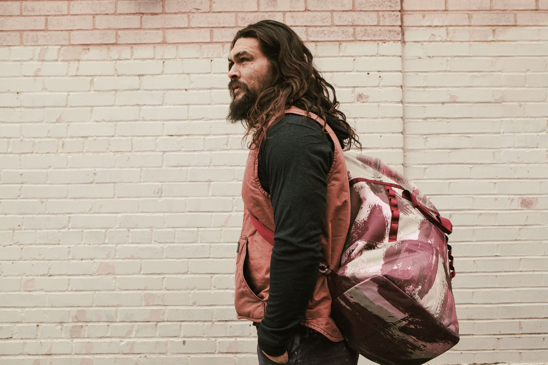 jason momoa wearing a 45L on the roam x so ill dirt bag