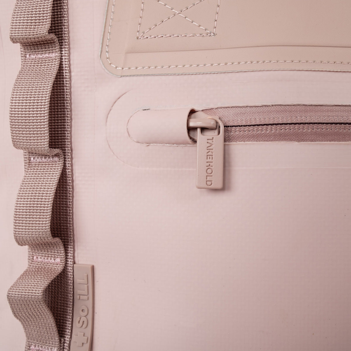 Close up of so ill x on the roam 25L bag hooded dryweld zipper
