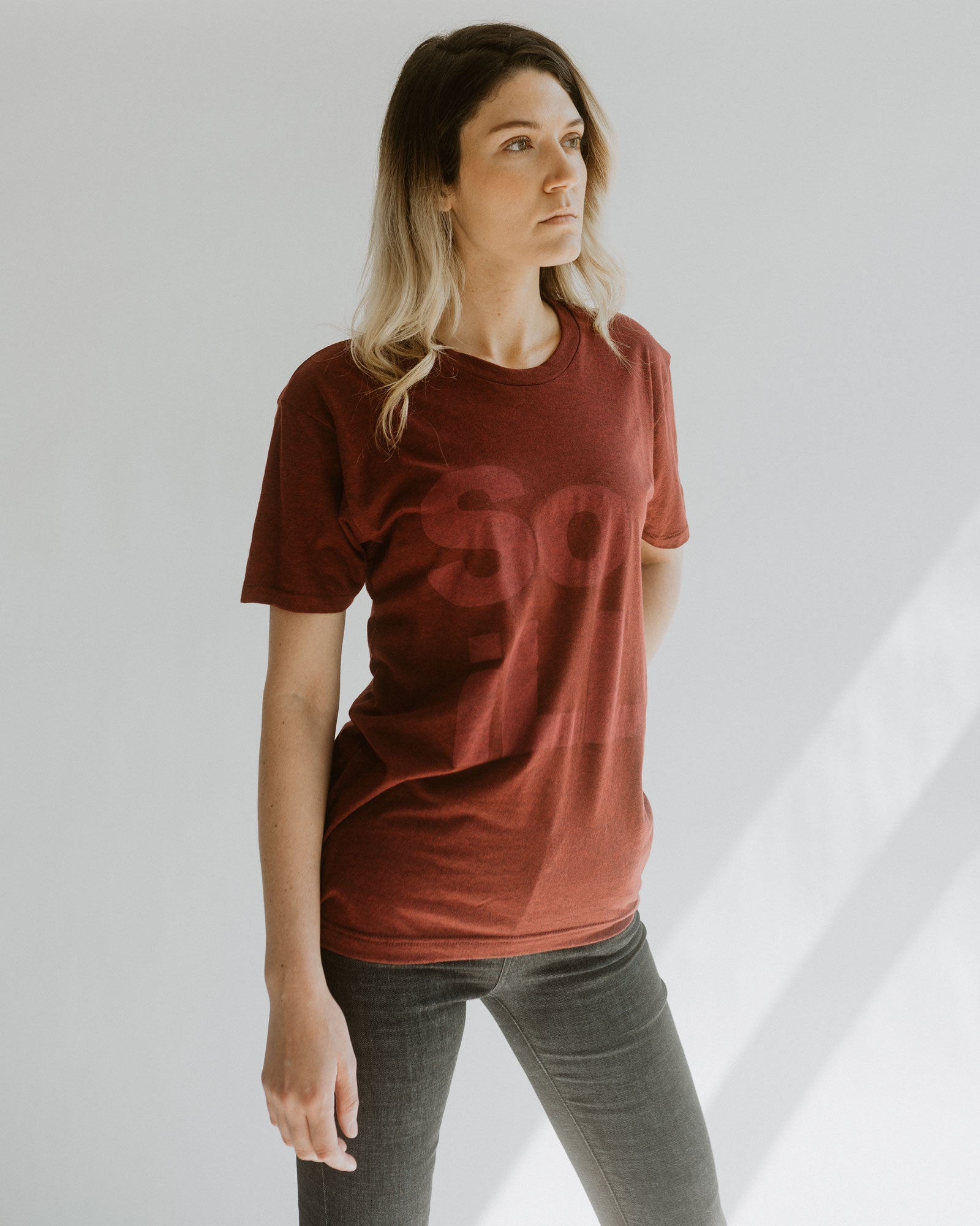 maroon heather so ill stacked logo tee on a woman