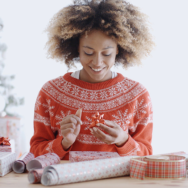 2020 Holiday Gift Guide - Holiday Gift Ideas for Travelers - Girl Wrapping Gift