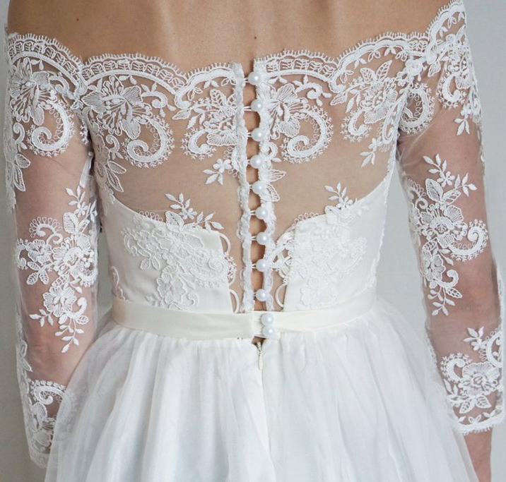 2020 A-Line Lace Scoop 3/4 Sleeve Appliques Tulle Floor-Length White Button Wedding Dresses WK176