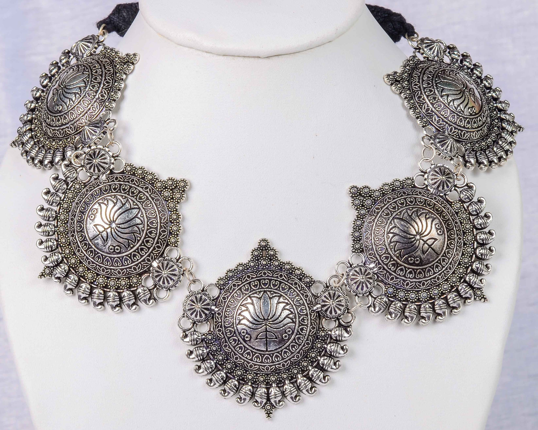 Exclusive metal neckpiece