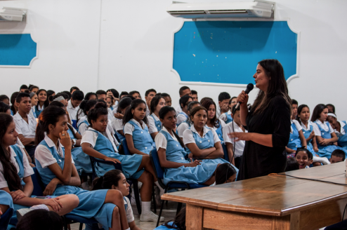 Laura Silva RoldГЎn talks to a group of students in northern Colombia