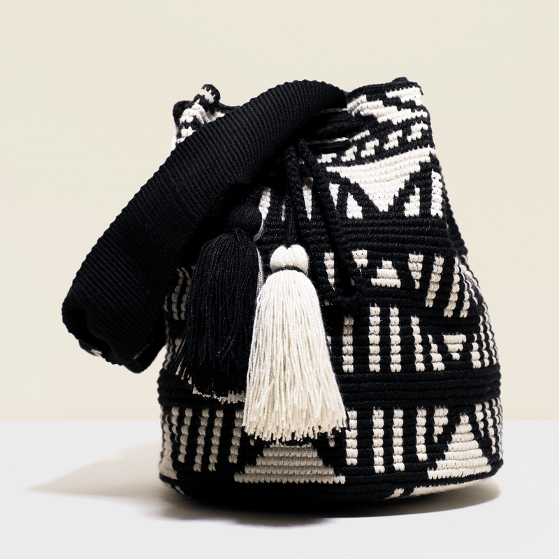 Boho chic bag in white and black with tassels to match