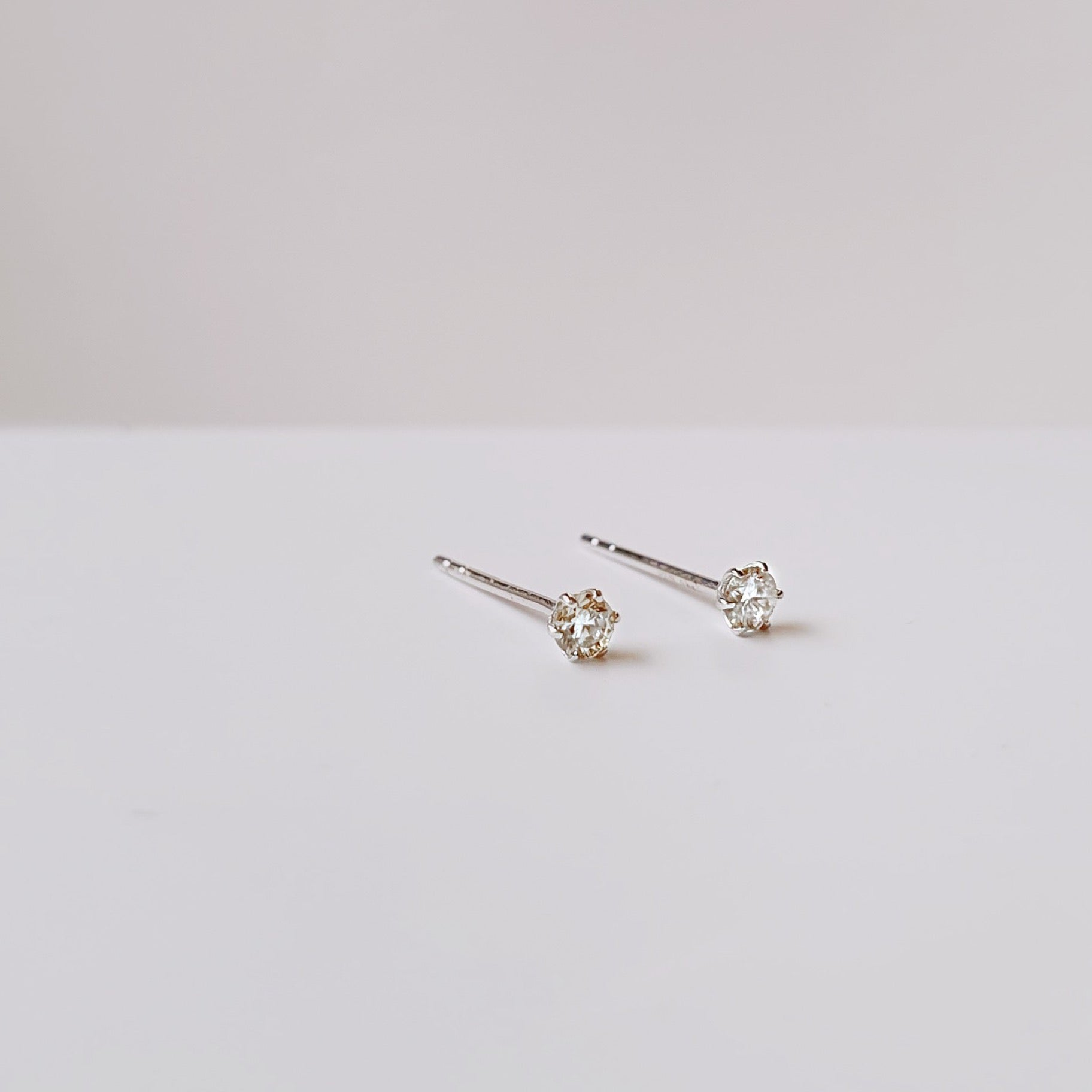 18k Diamond stud earrings in White Gold