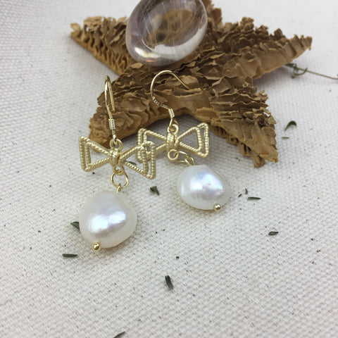 Tide Pearls Earrings - Twist Earring
