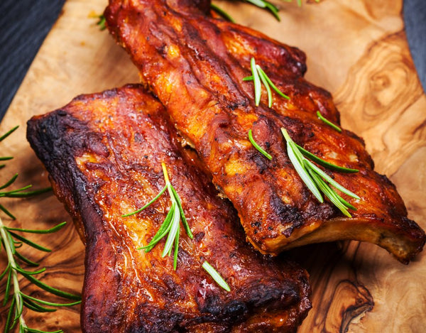 Malse spareribs van de barbecue met droge rub