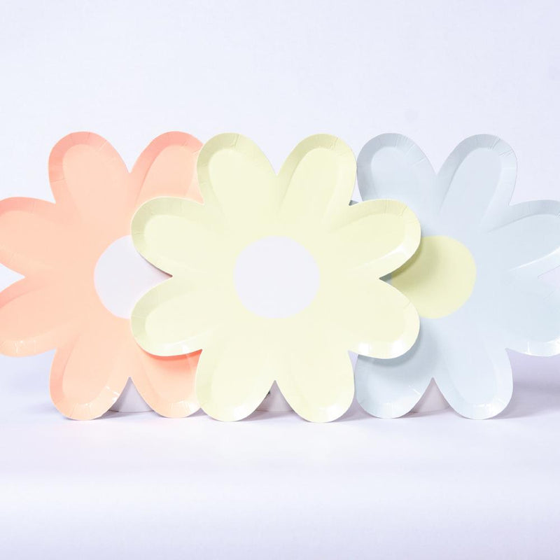 A set of 3 daisy-shaped party plates in pastel colours